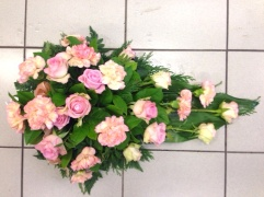 vaaleanpunaiset ruusut ja neilikat